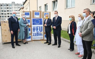 Ambasador Sattler otvorio Općinski sud i uručio medicinsku opremu UKC Tuzla